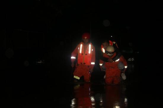 """湖北消防""""最美新郎"""" 节日安保勇救15名被困群众"""