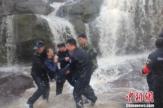 男子被民警救援上岸。警方供图