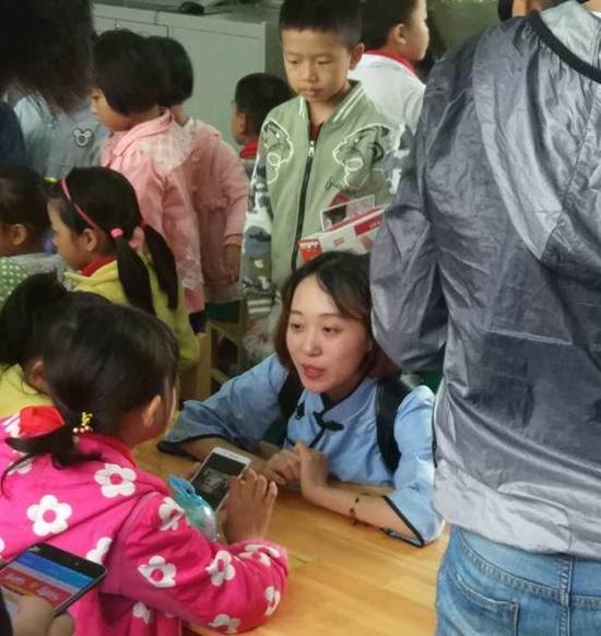 志愿者和孩子们在一起