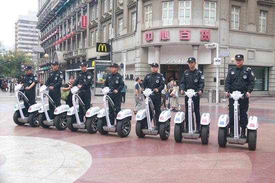 执法队员踩智能平衡车巡逻江汉路步行街