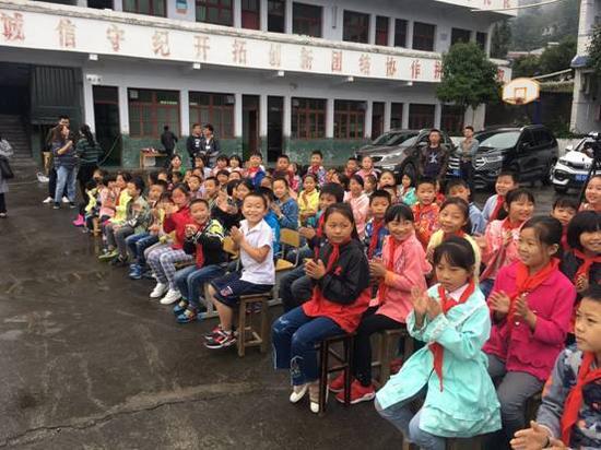 孩子们观看表演