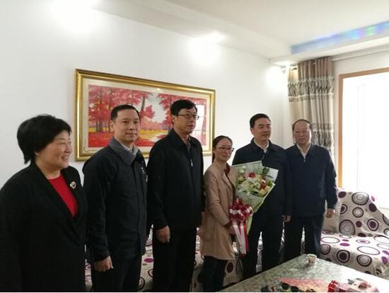 湖北省住建厅厅长李昌海一行慰问 党的十九大代表、武汉市蔡甸区环卫工人蒋扣分。
