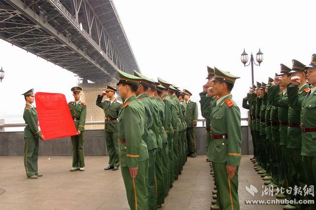 镌刻在长江大桥上的忠诚 武警官兵守卫大桥60年