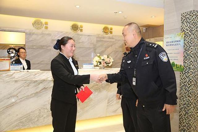 服务员获奖励500元 王威 摄