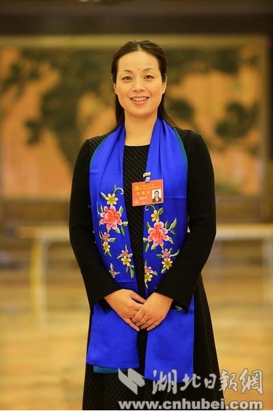 湖北党代表杨小玲戴着一条特别的围巾走上党代表通道