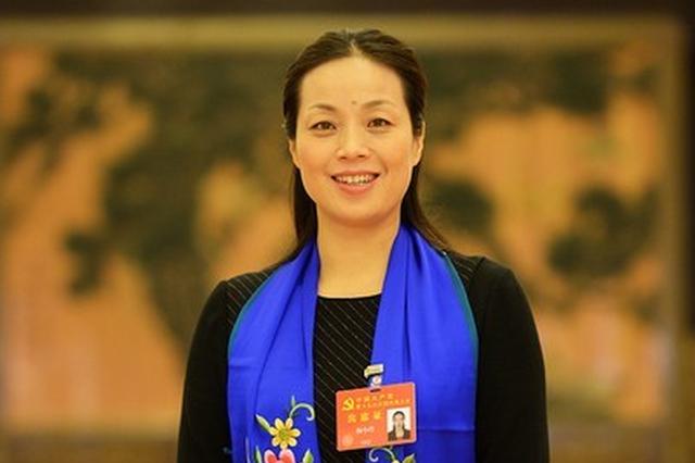 """湖北十九大代表杨小玲走上""""党代表通道"""""""