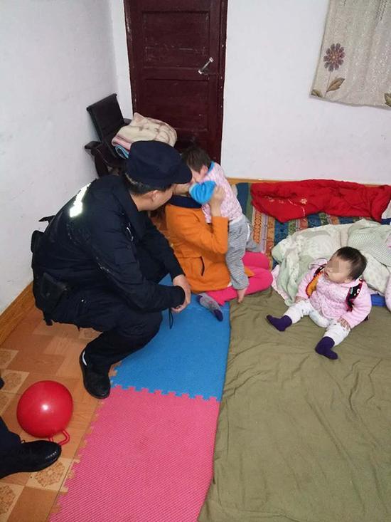 袁女士和民警迅速安抚女童的情绪。