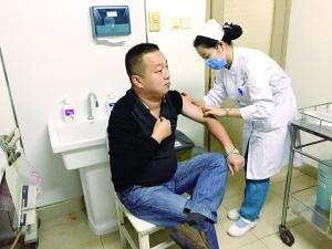 在空军总医院里,陈方俊在做术前检查。