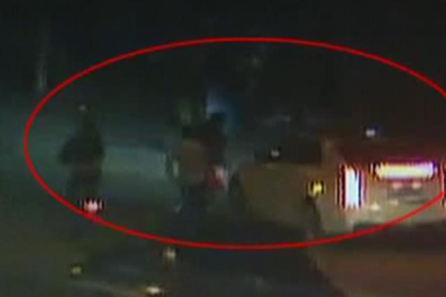 武汉男子无故拦车拽人出来殴打 女子趴栏杆大喊救命