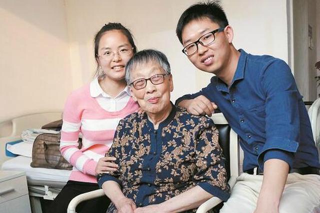20多年不舍得添新衣 92岁退休教师助学70余年