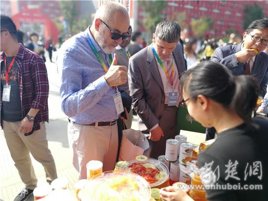 国外客商品尝宜昌柑橘深加工产品并竖起大拇指点赞