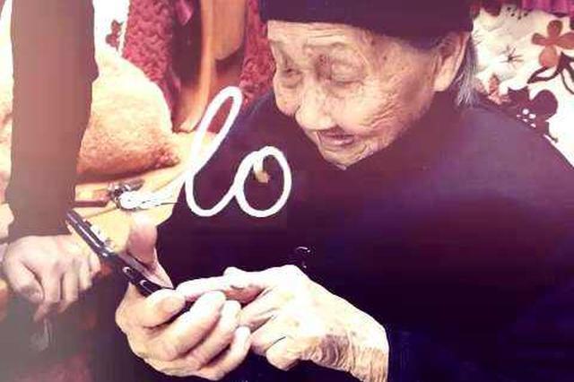 85岁太婆痴迷手机 玩着玩着突然左手就抬不起来了