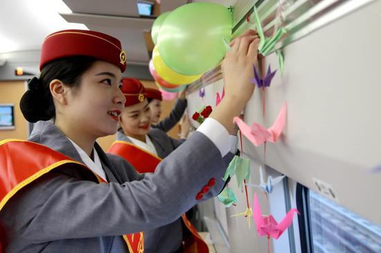 D5885次列车工作人员正在装饰餐车。 李钢摄
