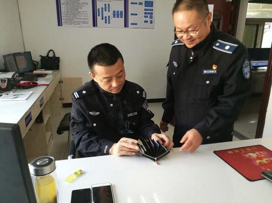 总支书记、督查室主任张志敏将钱包交给民警