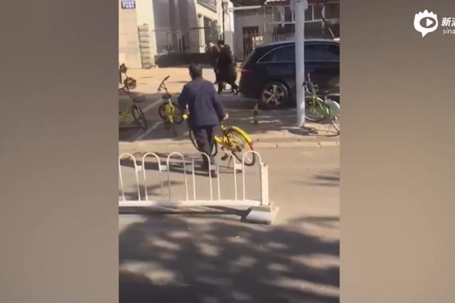 两女生路边乱停共享单车 七旬奶奶默默搬运摆好