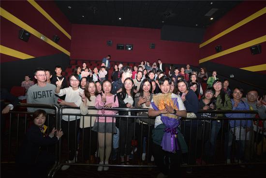 高晓攀惊喜亮相武汉影院与粉丝观众大合影