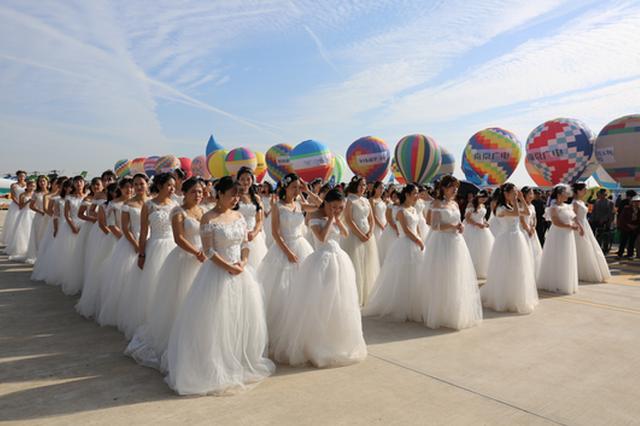 百对新人世飞会现场举行热气球集体婚礼创基尼斯纪录