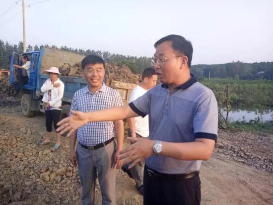 """刘仁举(右) 资料图  本文图片均来自""""长江云""""微信公众号"""