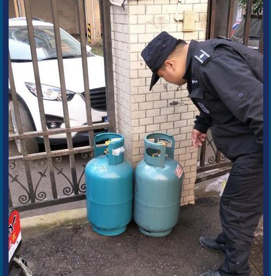 执法队员暂扣超期钢瓶