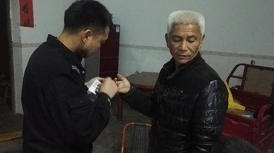 警方给王文清采集DNA信息  警方供图