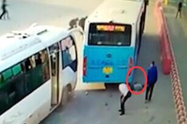 武汉一公交车突启动 碾压两路人拖行致身亡(图)