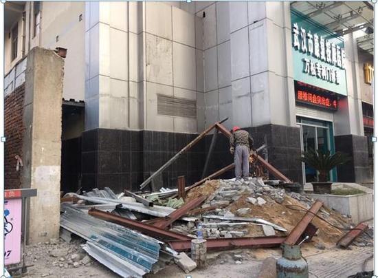 城管部门组织工人拆除违建