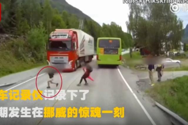惊魂一刻!大卡车和他可能只差1厘米