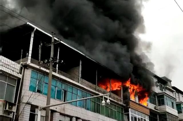 湖北民警执行任务遇火灾 顶桌子冲火场救出老人