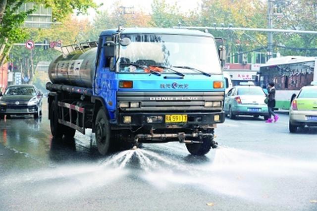 武汉网友质疑雨天洒水车作业太机械 城管委:更节水