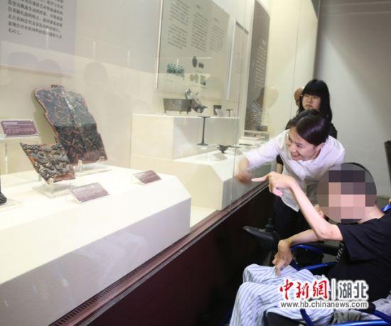 小汪在博物馆参观
