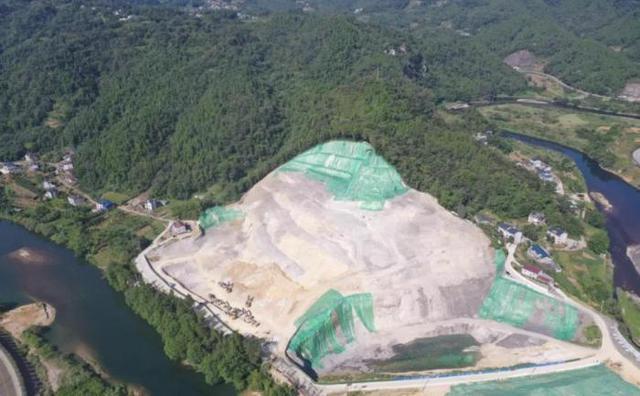 湖北一永利官网APP非法挖山采石 周边山体多次严重滑坡开裂