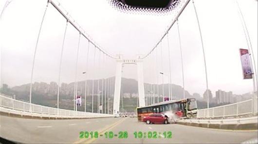 图为:公交车越过桥面中心实线,先后撞坏小车和护栏坠江 新华社发
