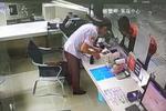 出门不带钱又没信号 外国小伙武汉地铁借流量买票