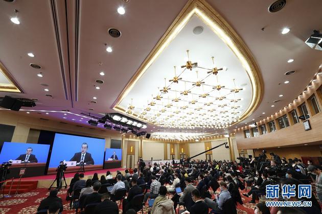 """3月7日,十三届全国人大四次会议在北京人民大会堂新闻发布厅举行记者会,邀请国务委员兼外交部长王毅就""""中国外交政策和对外关系""""相关问题回答中外记者提问。为有效防控疫情,共同维护公共卫生与健康,记者会采用网络视频形式进行。这是记者在梅地亚中心多功能厅采访。 新华社记者 金立旺 摄"""