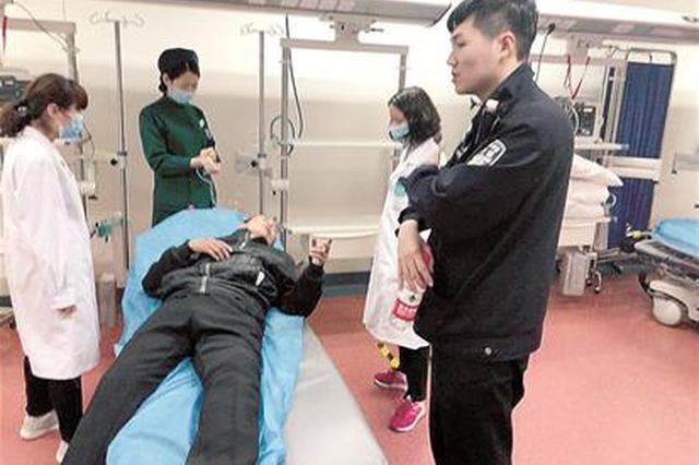 感动!武汉两民警暴风雨中背重病老人徒步下27楼送医