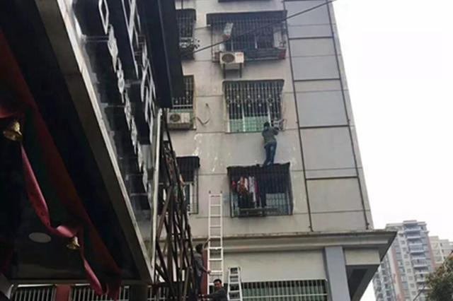 湖北阳新男童头部被卡防盗网 众人联手相救