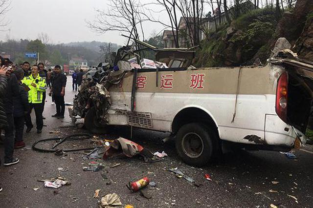 湖北松滋一重型货车与农村客运班车相撞 造成3死9伤