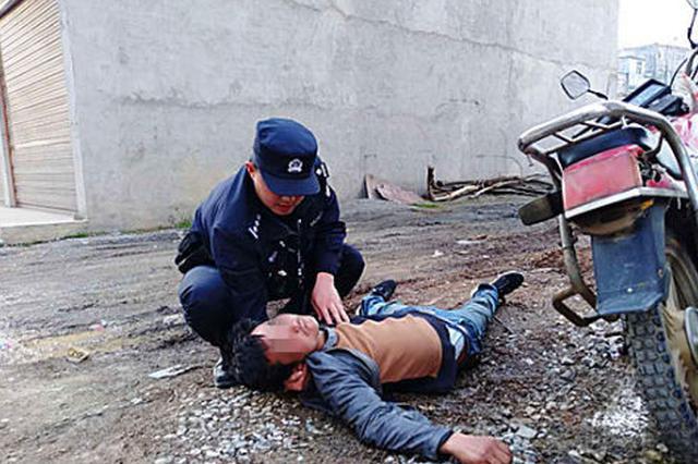 湖北巴东一男子醉酒后喝汽油 民警及时救助