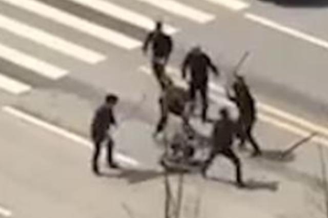 湖北监利6名男子当街持械围殴他人 嫌疑人被抓获