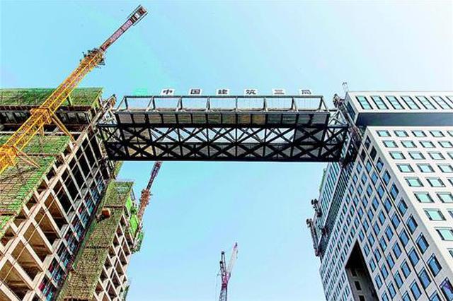 """全国最大跨度钢连廊在光谷""""升空"""" 可抗10级大风"""