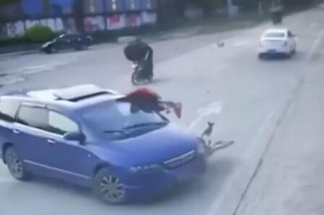 商务车突然掉头致摩托车撞飞 司机逃逸