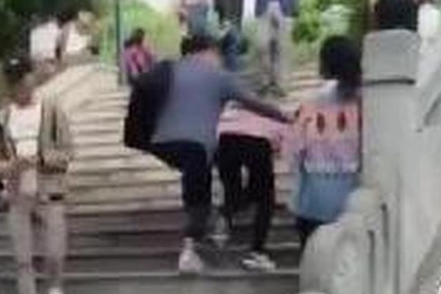 黄鹤楼公园台阶高4厘米绊倒多对情侣 被戏称情人坎