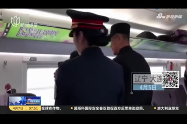 女子高铁上高调直播被投诉 飚日语怼乘警骂乘客