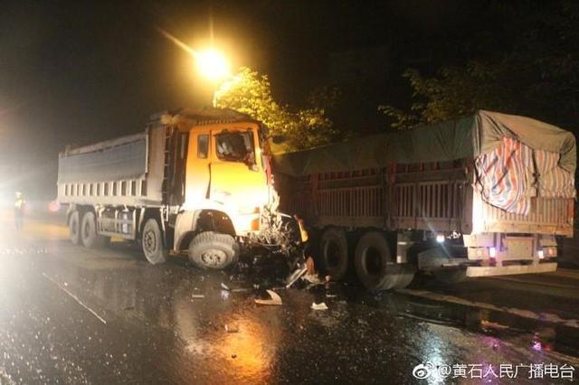 突发!黄石两货车猛烈相撞 司机一伤一亡