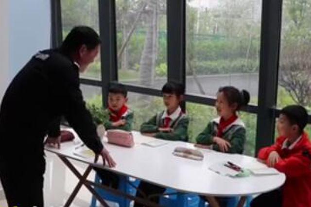 小学保安请假条惊艳了校长 学校请他给学生教书法
