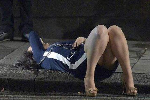 女子凌晨醉倒路边 好心的哥暖心守护半小时