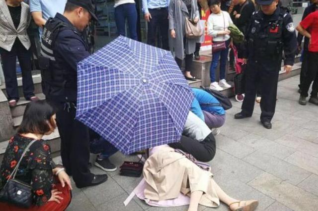 十堰孕妇中暑晕倒 民警市民齐心协力即使救援