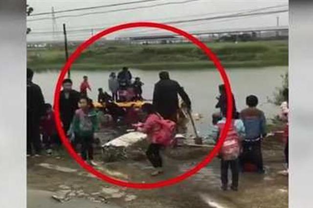 孝感一校车被追尾冲入池塘 车上人员被及时救起