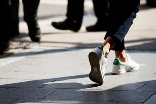 武汉一大学生为追时尚卷裤腿露脚踝 致双腿痛如针扎