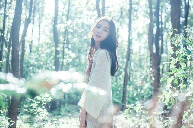 湖北一高校校花晒写真照 仿佛行走在森林间的花仙子